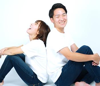 都度払いで支払いについて安心している笑顔のカップルの写真